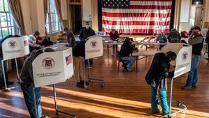 Ambiente en el colegio electoral de la antigua Stone School en Hillsboro, Virginia.