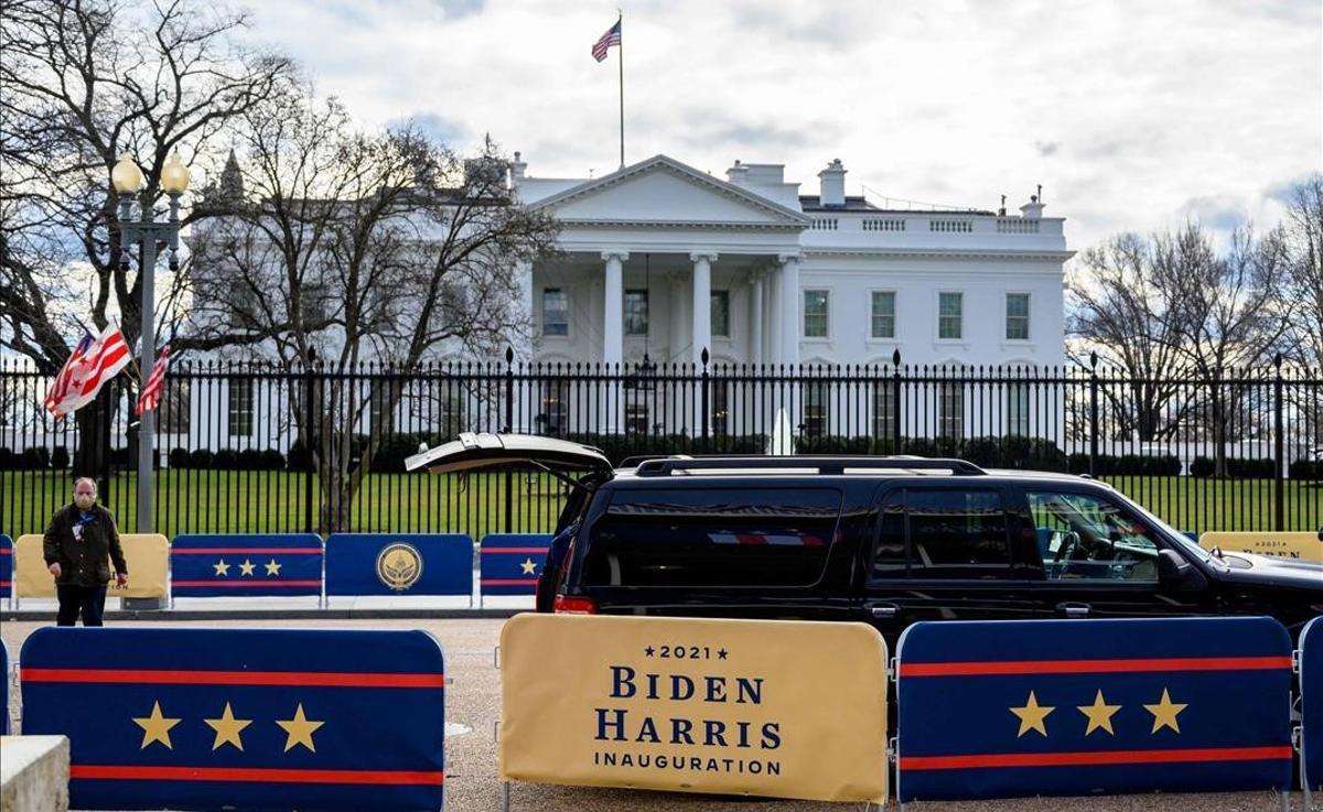 Preparativos para la investidura de Joe Biden en el exterior de la Casa Blanca, en Washington.
