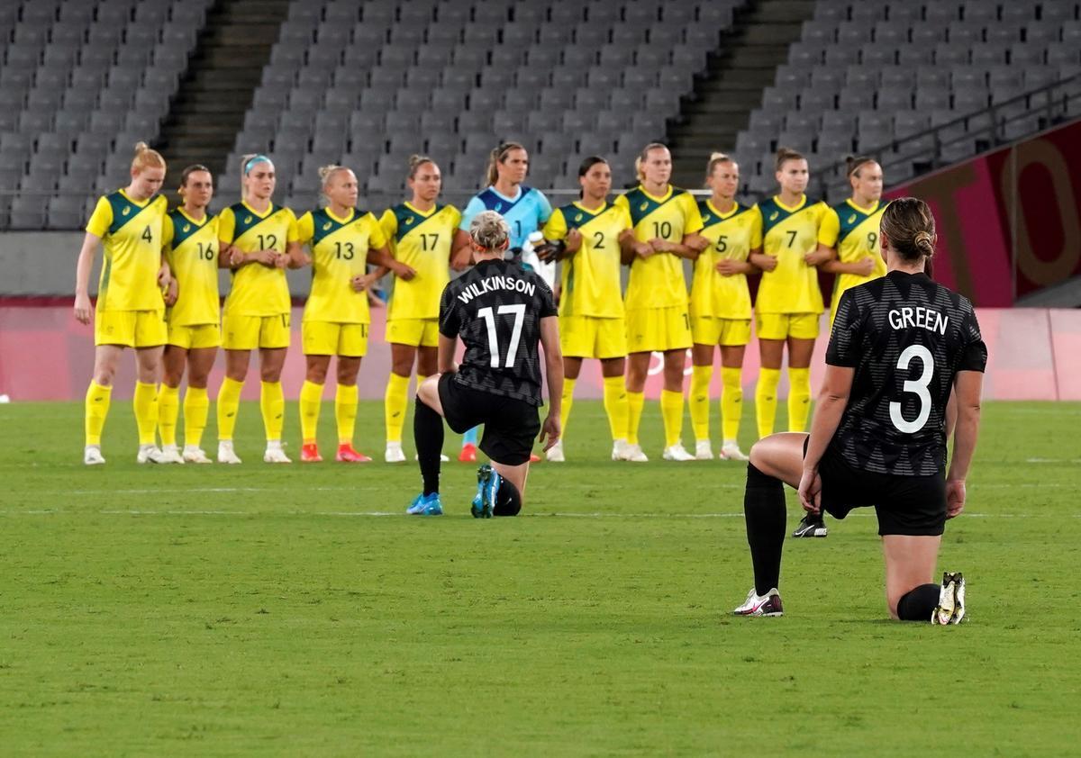 Las futbolistas de Nueva Zelanda, rodilla en tierra antes de su debut este miércoles en Tokio, como protesta contra el racismo