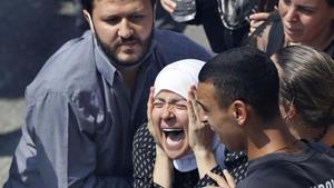 La mujer de Rami Kaaki, uno de los diez bomberos muertos en la explosión del puerto deBeirut,muestra su dolor enel funeral desu marido.