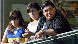 Maradona, junto a sus hijas Gianinna (centro)y Dalma, enfebrero del 2005.