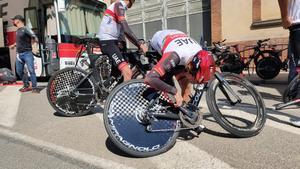 Los ciclistas del UEA, en los preparativos de la contrarreloj de Banyoles.