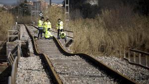 Técnicos de Adif trabajan en una vía de tren afectada por la tormenta Gloria.