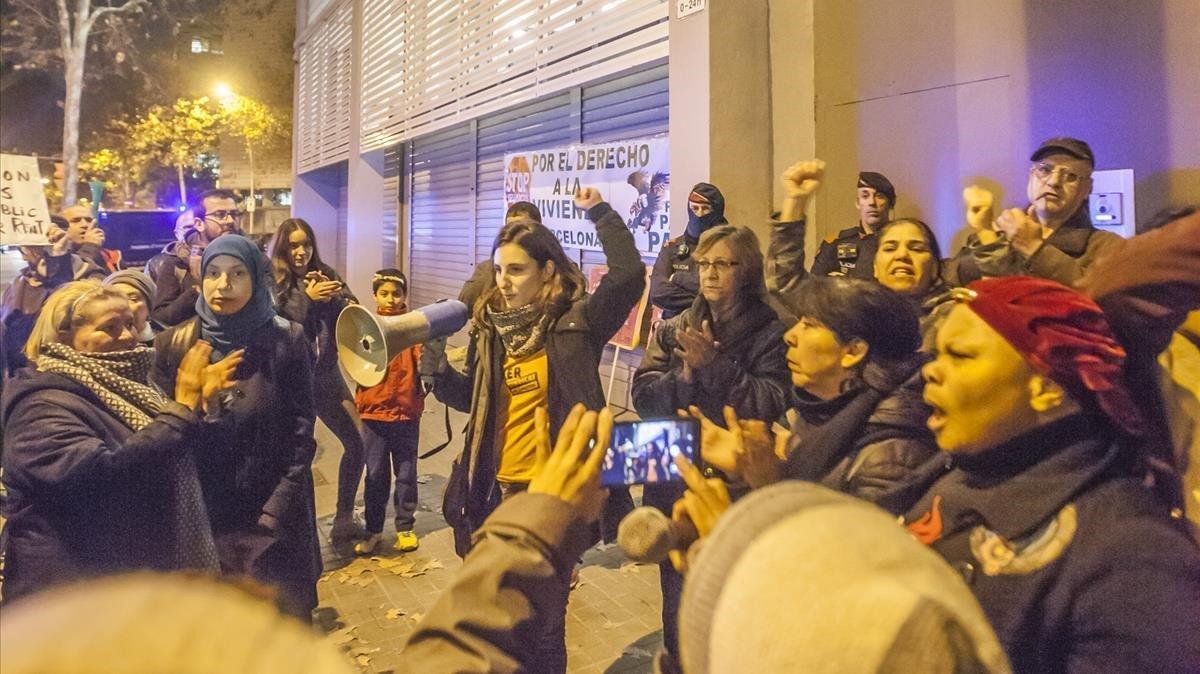 Protesta del Sindicat de Llogaters contra la reforma de la LAU que propone el Gobierno, ayer, en Barcelona.