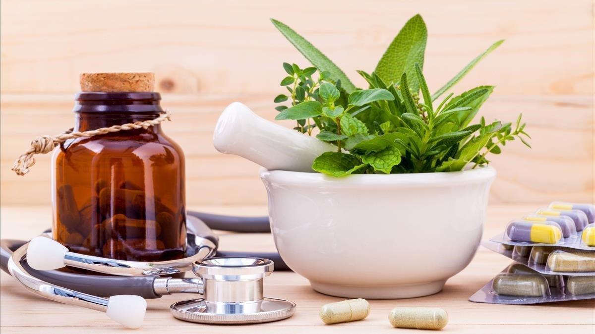 Cápsulas y otros elementos de la llamada medicina alternativa.