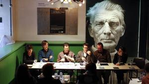 El vestíbul de la Beckett, durant una roda de premsa, amb el retrat de Samuel Beckett de fons.