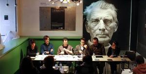 El vestíbulo de la Beckett, durante una rueda de prensa, con el retrato de Samuel Beckett de fondo.