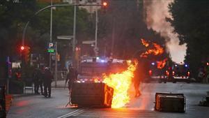 Un contenedor ardiendo durante los altercados ocasionados por el desalojo de Can Vies.