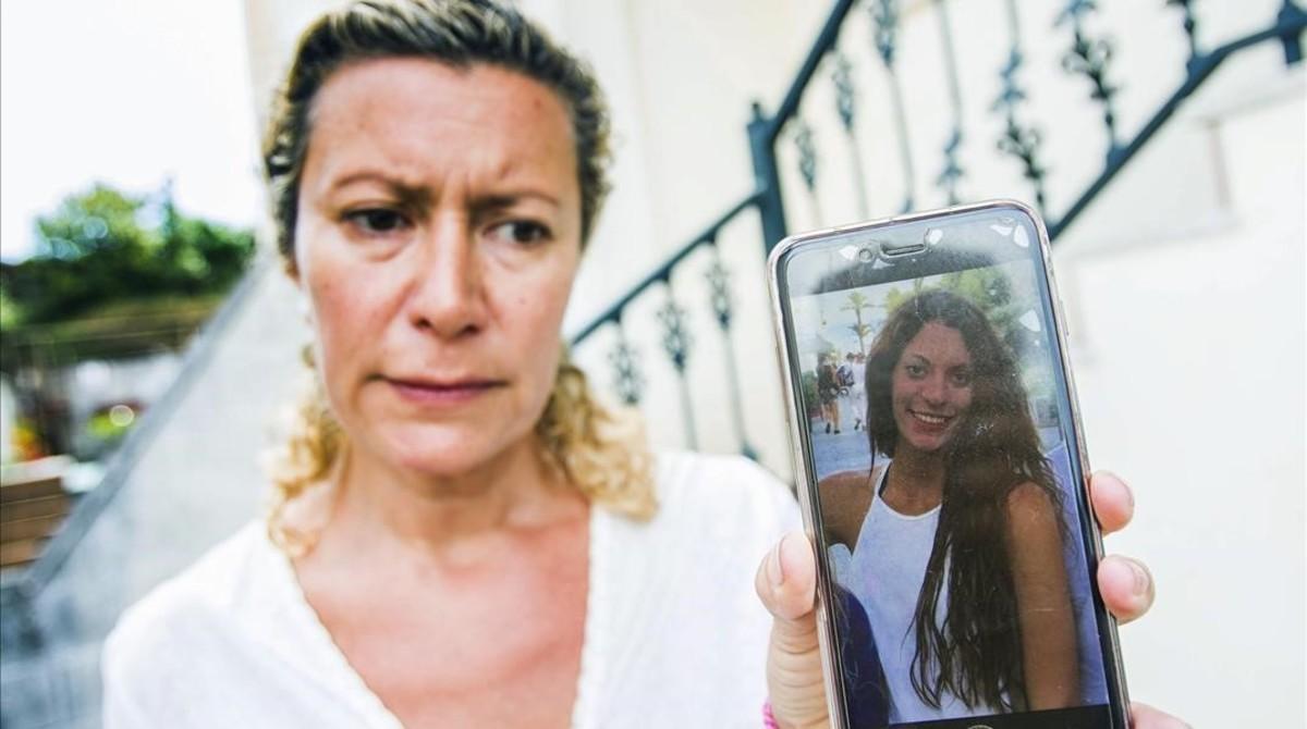 La madre de Diana Quer, muestra una foto de la joven desaparecida.