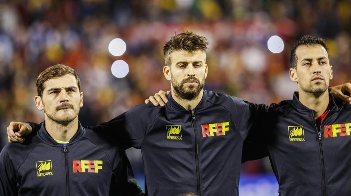 Piqué, Casillas y Busquet, en un partido amistoso de la selección española de fútbol en el Rico Pérez de Alicante..