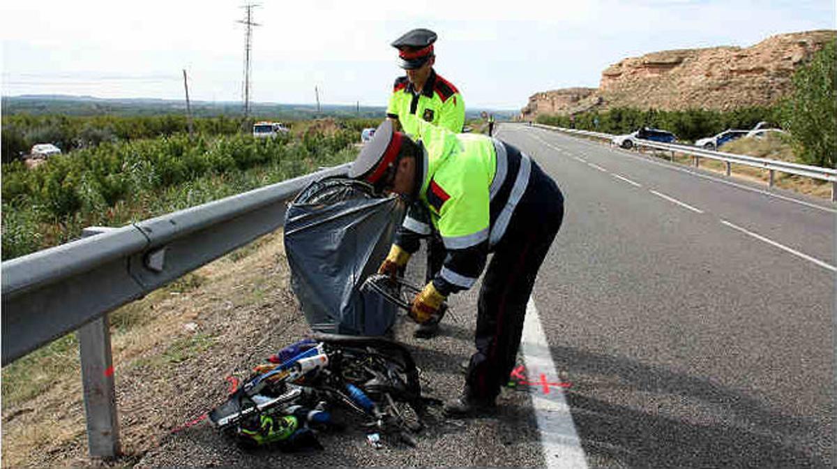 Los Mossos d'Esquadra en el lugar del accidente, en la carretera LP-7041, en Soses.