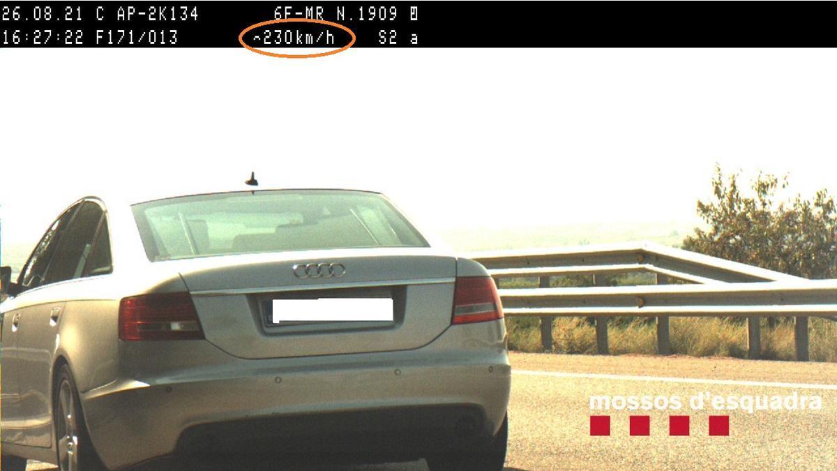 Un vehículo circula a 230 km/ en la AP-2 a la altura de Torres de Segre.