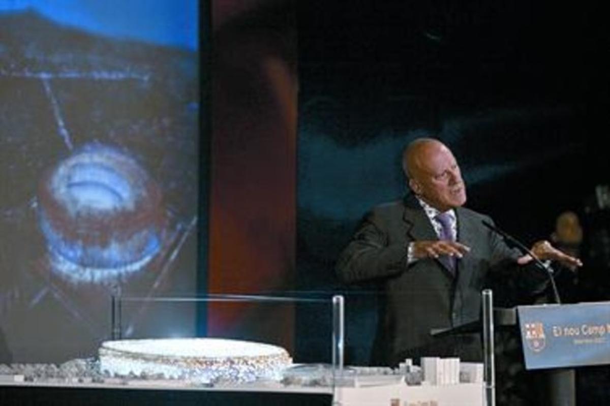 Norman Foster presenta la maqueta de su proyecto para el Camp Nou, en septiembre del 2007.