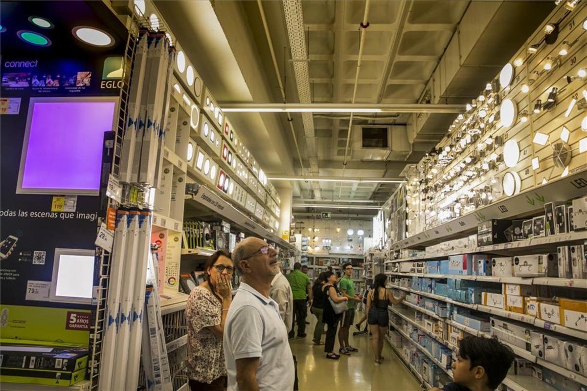 Interior de la tienda Leroy Merlin de La Maquinista de Barcelona.