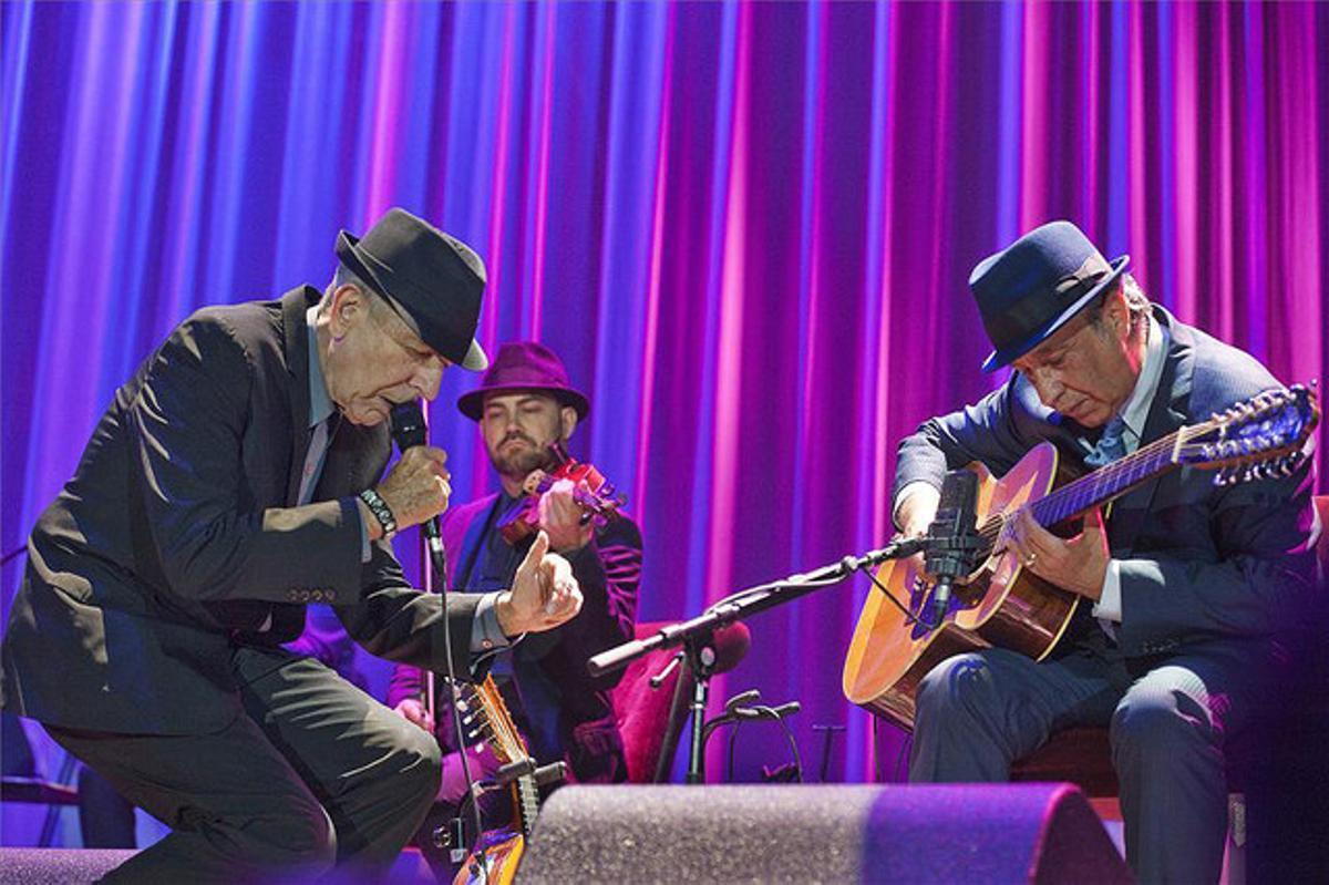 Leonard Cohen, acompañado por el guitarrista Javier Mas.