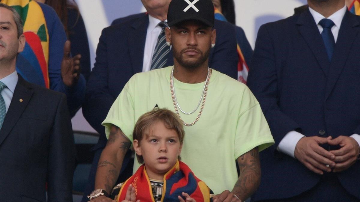 Neymar, junto a su hijo Luca, en la final de la Copa América que ganó Brasil.