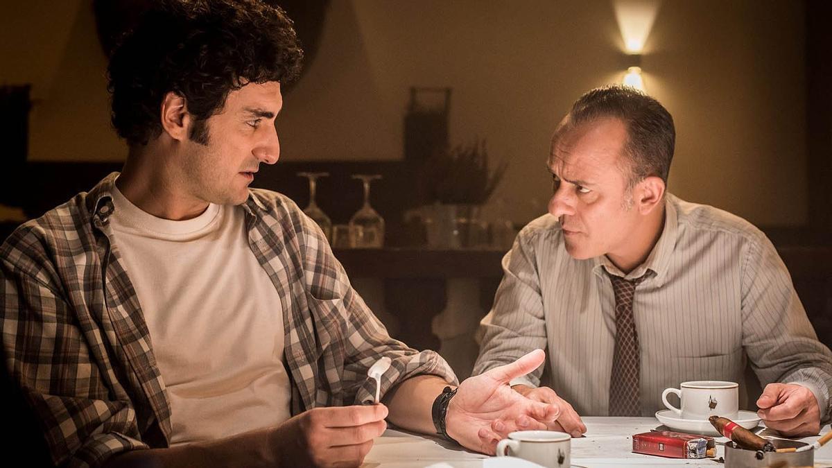 Paco Maldonado y Javier Gutiérrez, en sus papeles como trasuntos de José Ramón de la Morena y José María García en 'Reyes de la noche'.