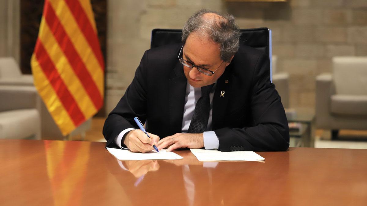 Torra ha firmado este mediodía un decreto que, a efectos de esta próxima medianoche, designa a la Generalitat como autoridad competente en la regulación de la desescalada, incluso antes de que termine el estado de alarma (el 21 de junio).