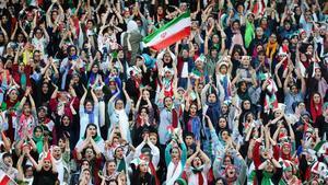 Mujeres iranís animan a la selección de fútbol de su pais en Teherán.