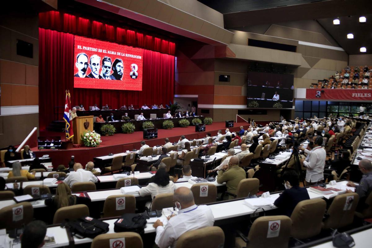 Participantes asisten, este viernes, a la apertura del 8º Congreso del Partido Comunista de Cuba que se realiza en el Palacio de Convenciones en La Habana.