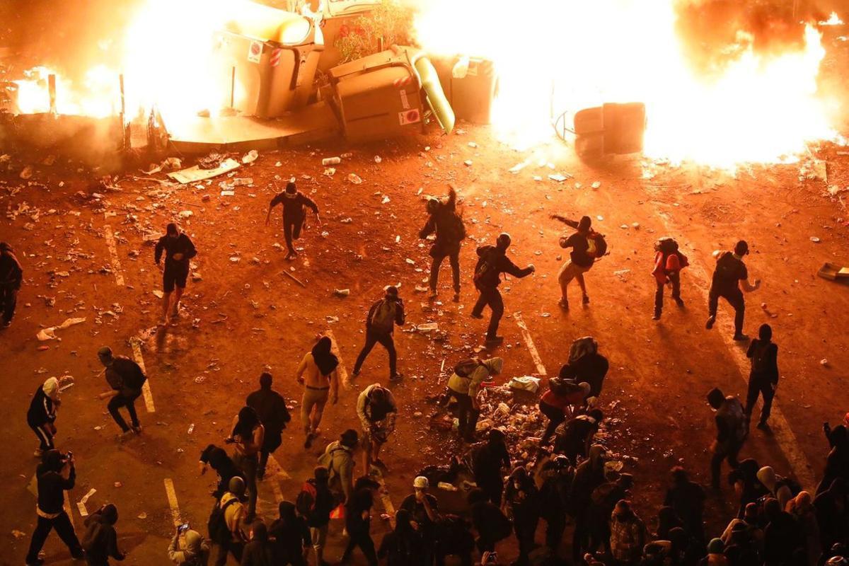 Violentos en acción en la plaza Urquinaona, el pasado viernes.