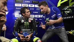Valentino Rossi asiste, poco menos que atónito, a las explicaciones de diversas trayectorias que le cuenta Jorge Lorenzo en un descanso de los ensayos de ayer en Sepang.