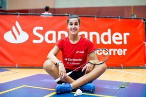 Carolina Marín, la campeona de badminton, posa en una pista.