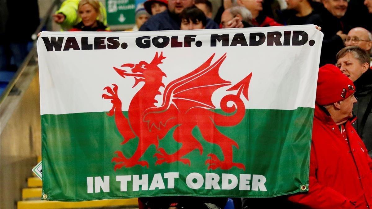 """Bandera en las gradas del partido de Gales con el lema:""""Gales, golf, Madrid. En ese orden""""."""