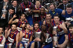 Los jugadores del Barça posan con sus trofeos tras la final