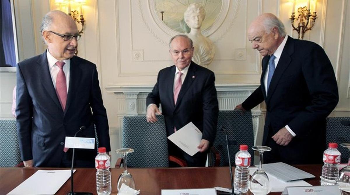 Montoro (izquierda) y González (derecha), acompañados por el rector de la UIMP, César Nombela, en Santander.