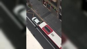 Un autobús de Valencia embiste a un coche que bloqueaba su carril.