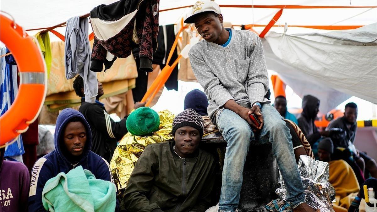 Migrantes a bordo del 'Open Arms', este domingo.