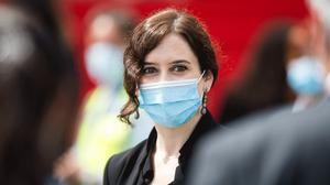 Isabel Díaz Ayuso, presidenta de la Comunidad de Madrid, durante un acto de homenaje a los 'héroes del coronavirus' celebrado en la Puerta del Sol el 2 de mayo.