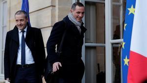 Los líderes nacionalistas corsos Gilles Simeoni y Jean-Guy Talamoni llegan al palacio de Matignon de París para entrevistarse con el primer ministro francés, Édouard Philippe.