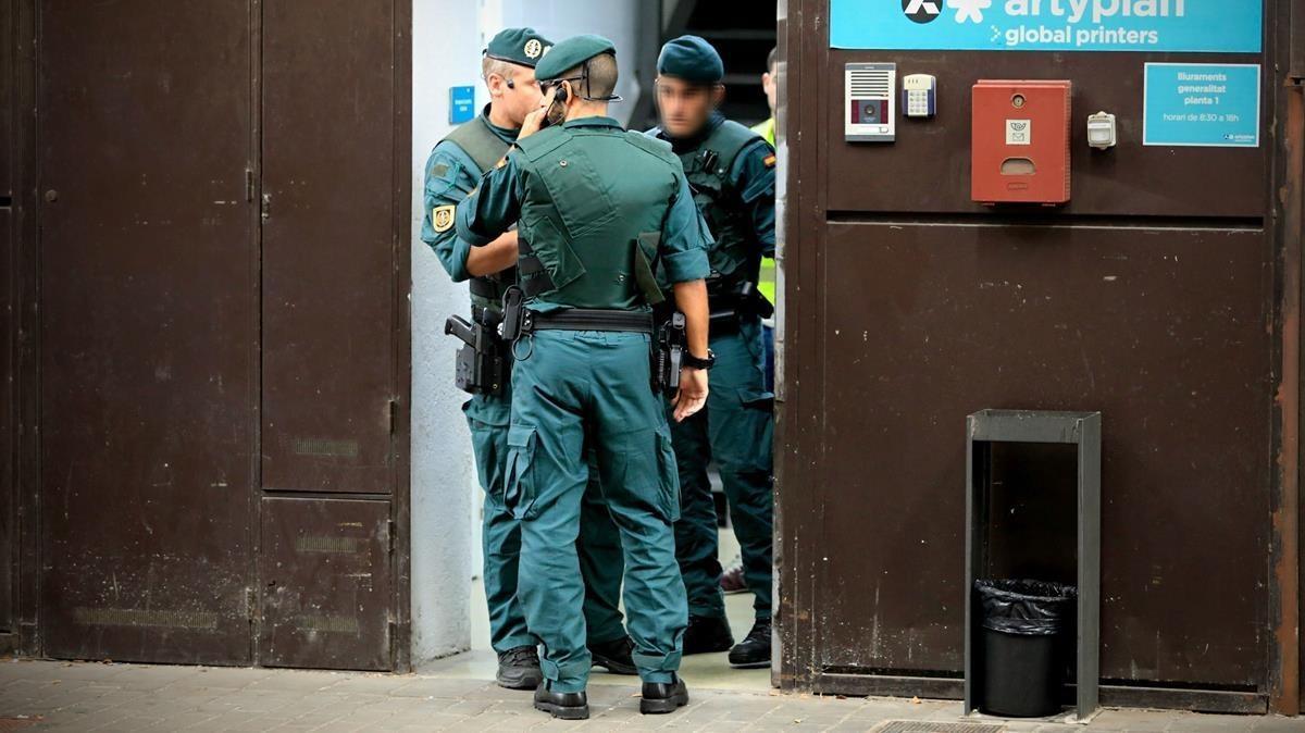 Agentes de la Guardia Civil el pasado septiembre en busca de documentación sobre el 1-O