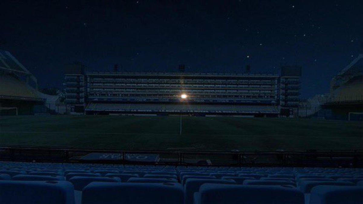 El palco de Maradona en el estadio del Boca, encendido toda la noche.
