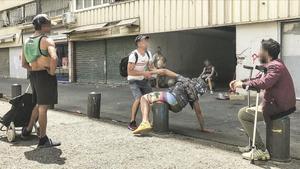 Varias personas hablan en uno de los pasajes de La Mina donde se cree que se vende la droga.