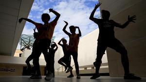 Unos jóvenes bailan k-pop ante las vidrieras de CaixaForum, en Barcelona,en el 2018.