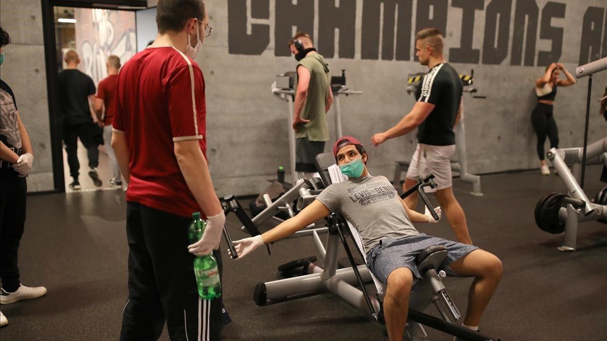 Gente haciendo ejercicio en un centro McFit de Berlín