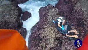 Espectacular rescate de tres percebeiros atrapados en el acantilado de Cedeira, en A Coruña.