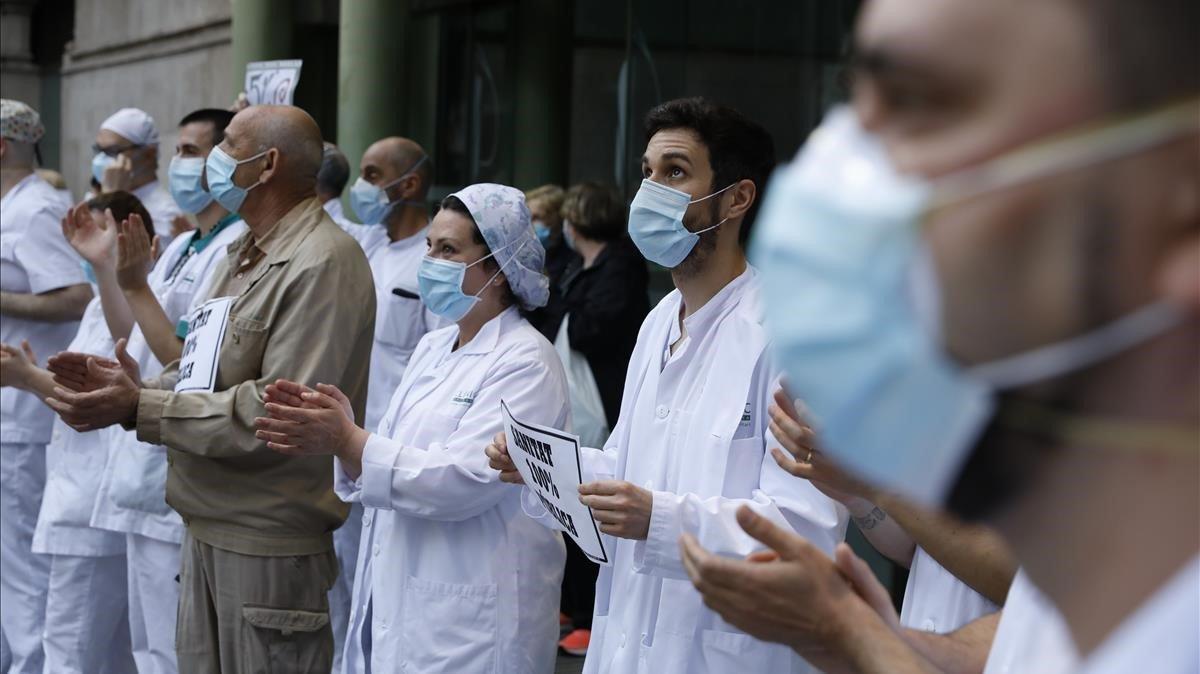 Personal sanitario del Hospital Clínic homenajea a los sanitarios muertos por coronavirus.