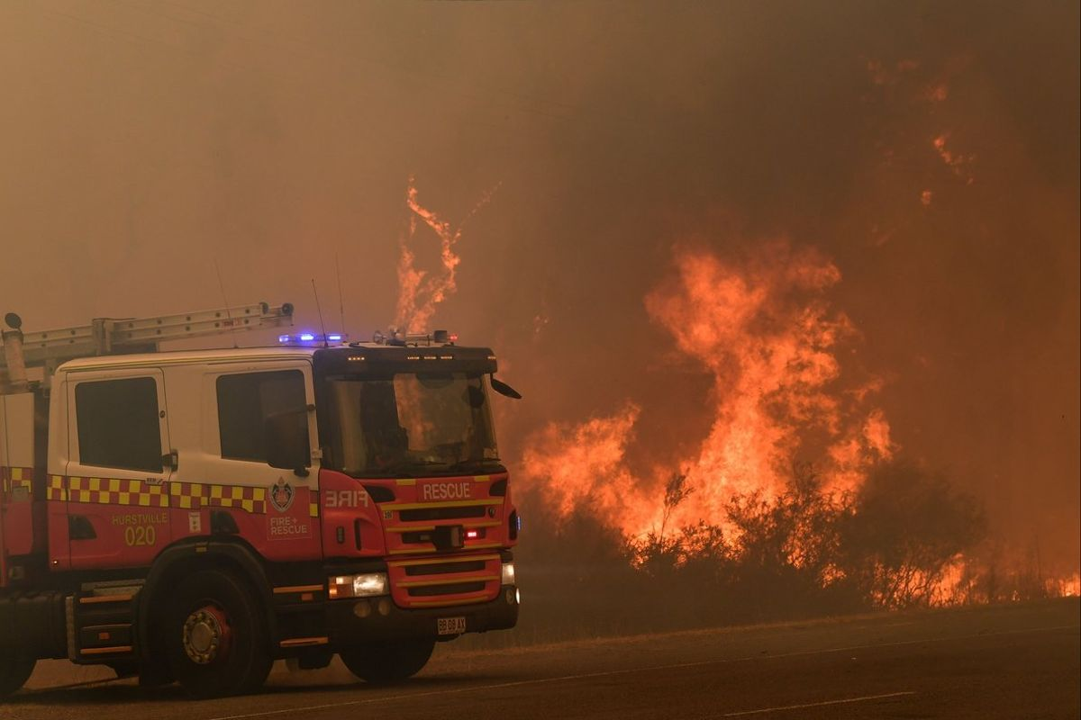 Tahmoor (Australia), 19/12/2019.- New South Wales (NSW) Rural Fire Service (RFS) officers work on a blaze threatening homes along the Old Hume Highway near the town of Tahmoor, NSW, Australia, 19 December 2019. Soaring temperatures exceeding 40 degrees Celsius and north westerly winds are fanning a number of fires around Sydney. (Incendio) EFE/EPA/DEAN LEWINS AUSTRALIA AND NEW ZEALAND OUT