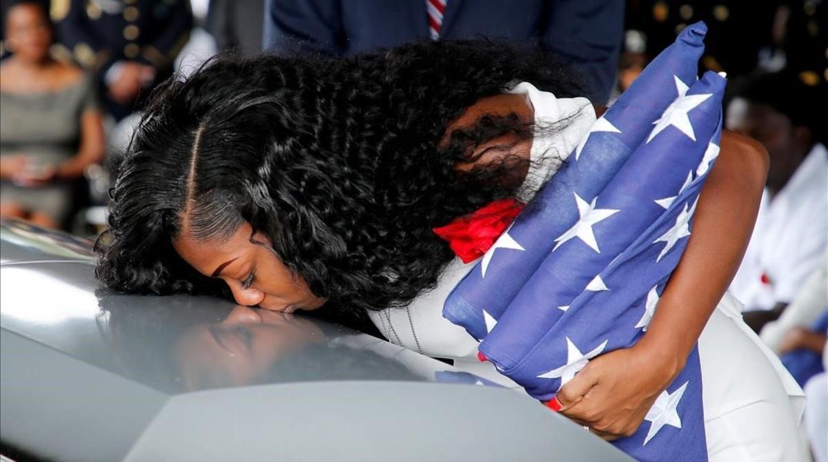 Myeshia Johnson, esposa del sargento La David Johnson, besa el ataúd de su marido muerto en Niger.