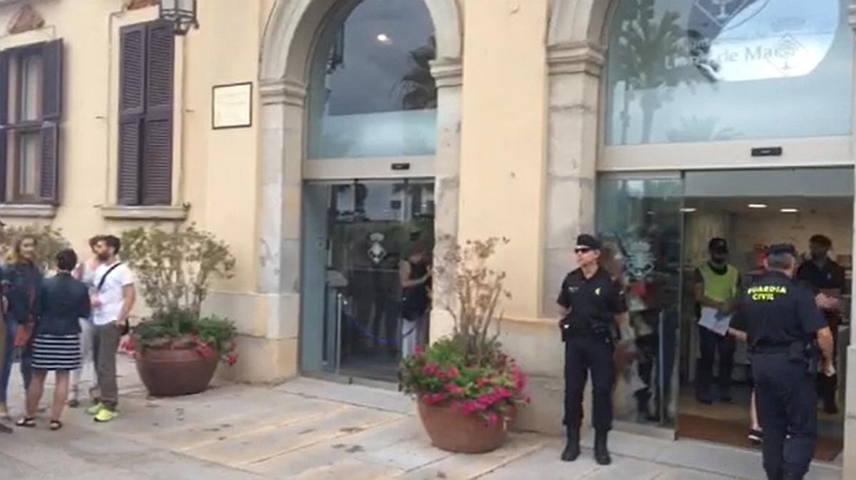 Agents de la Guàrdia Civil, aquest matí, a l'Ajuntament de Lloret de Mar.