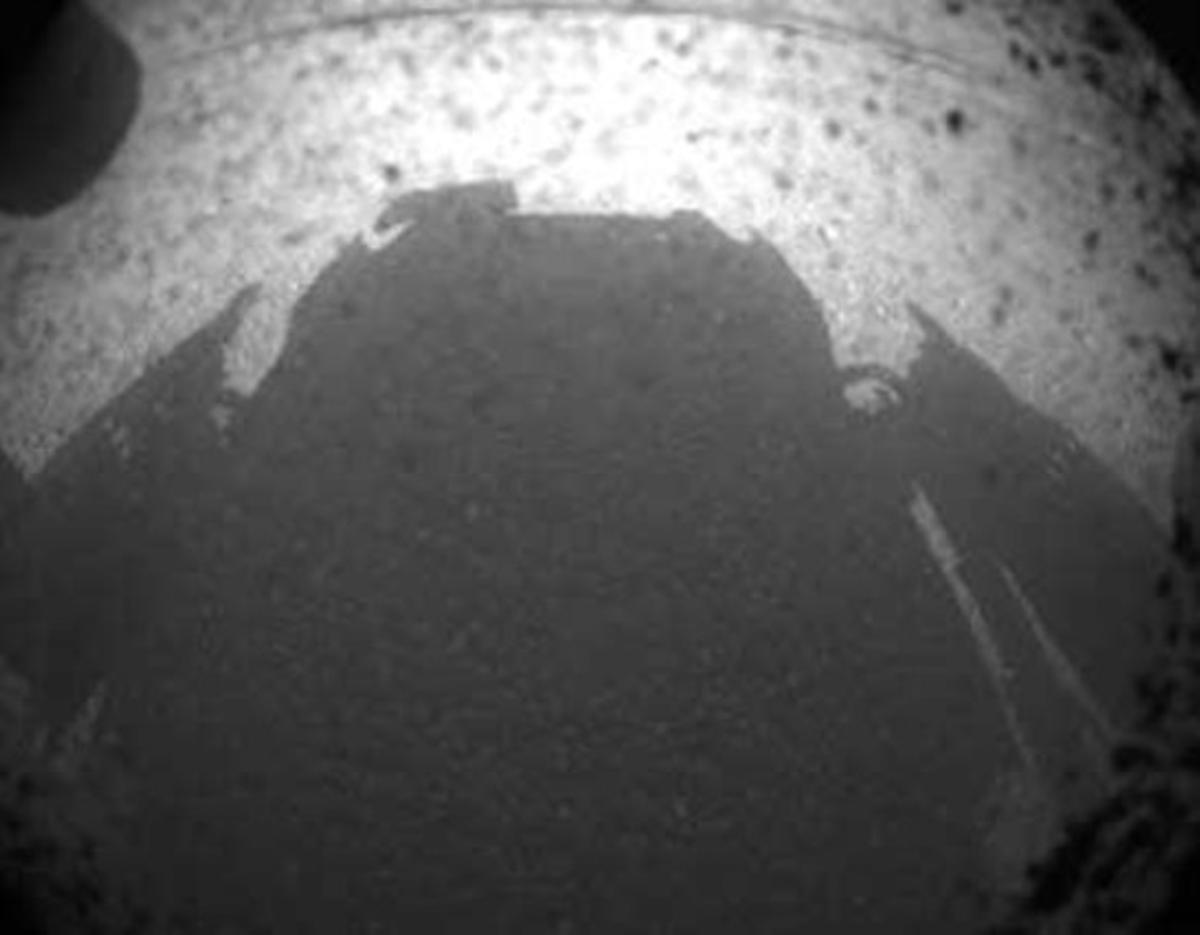 La sombra del Curiosity sobre la superficie de Marte, una de las primeras imágenes que ha enviado el robot, este lunes.