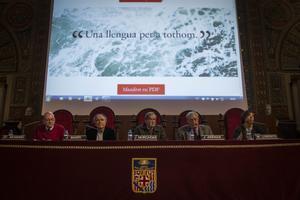 J. C. Moreno, J. Martí, J. Murgadas, J. Arenas y M. Lorente, en la presentación del manifiesto por el catalán como única lengua oficial.