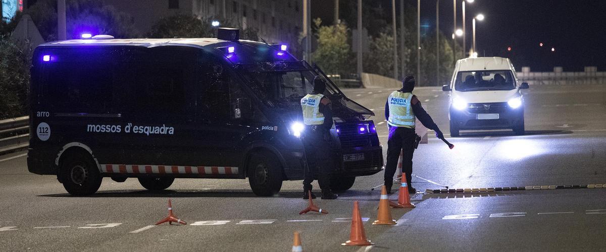 Dispositivo conjunto de Mossos y Guàrdia Urbana para hacer cumplir el toque de queda en Barcelona