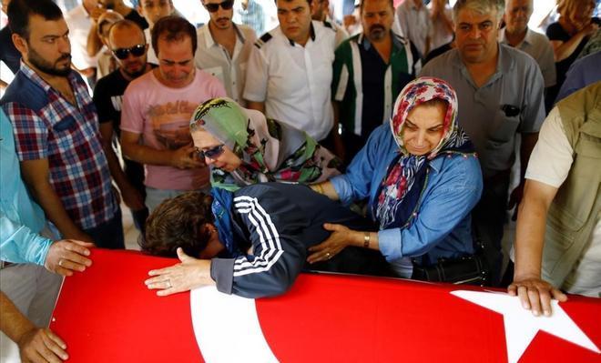 Familiars de Gulsen Bahadir, víctima al'aeroportd'Ataturk, ploren al costat del seu taüt.