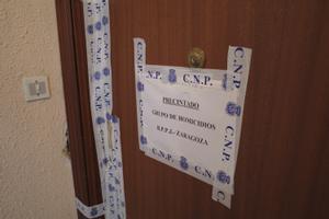 Puerta precintada del piso de la víctima del crimen machista en Zaragoza.