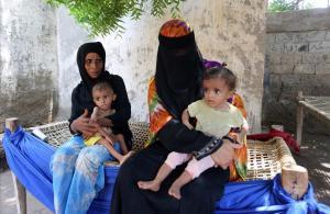 Mujeres yemenís con sus hijos malnutridos en la ciudad de Hodeida, en Yemen.
